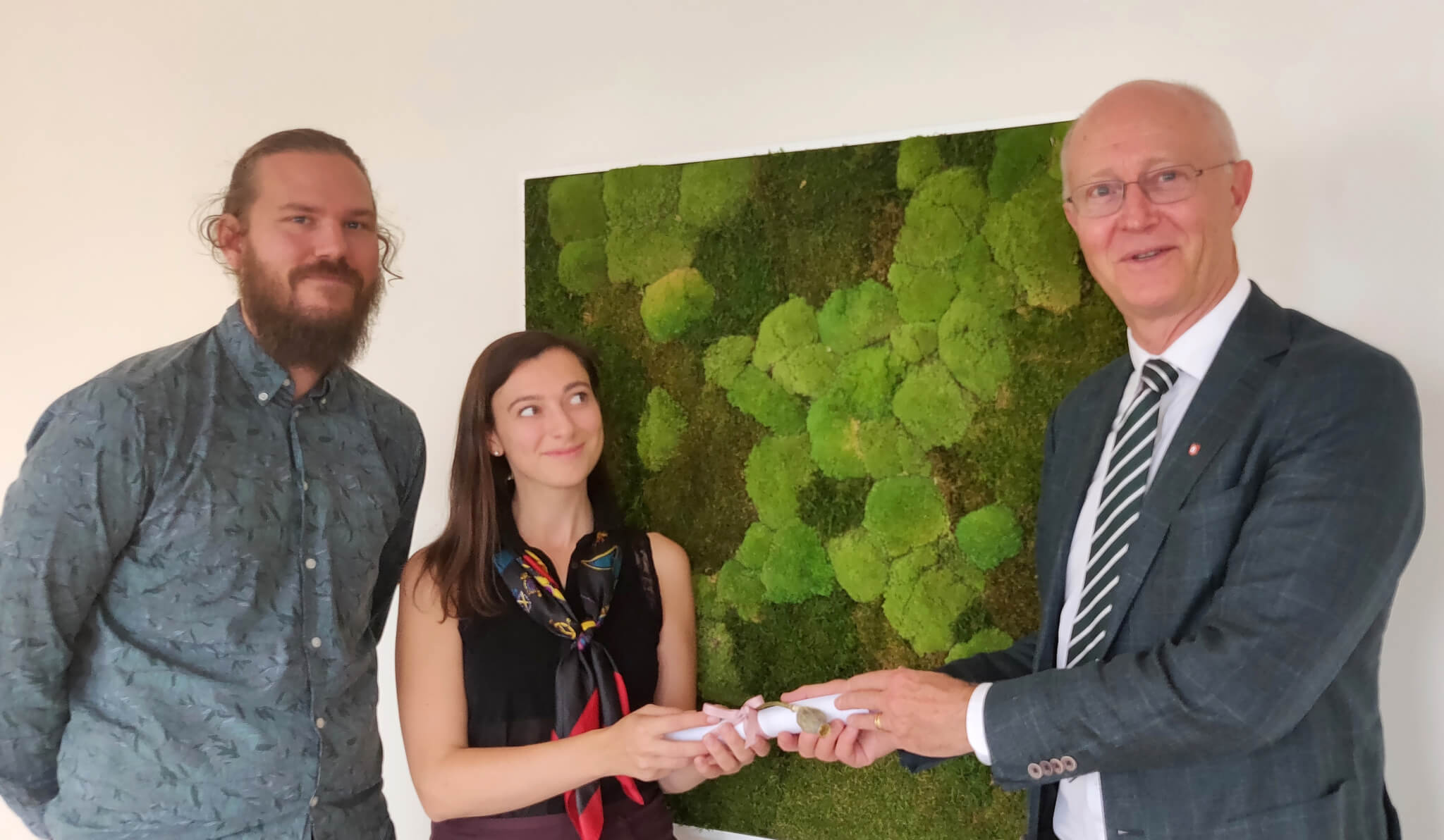 Niclas Persson och Sophie Brömster från Klimatstudenterna räcker över brevet till rektor Johan Schnürer.