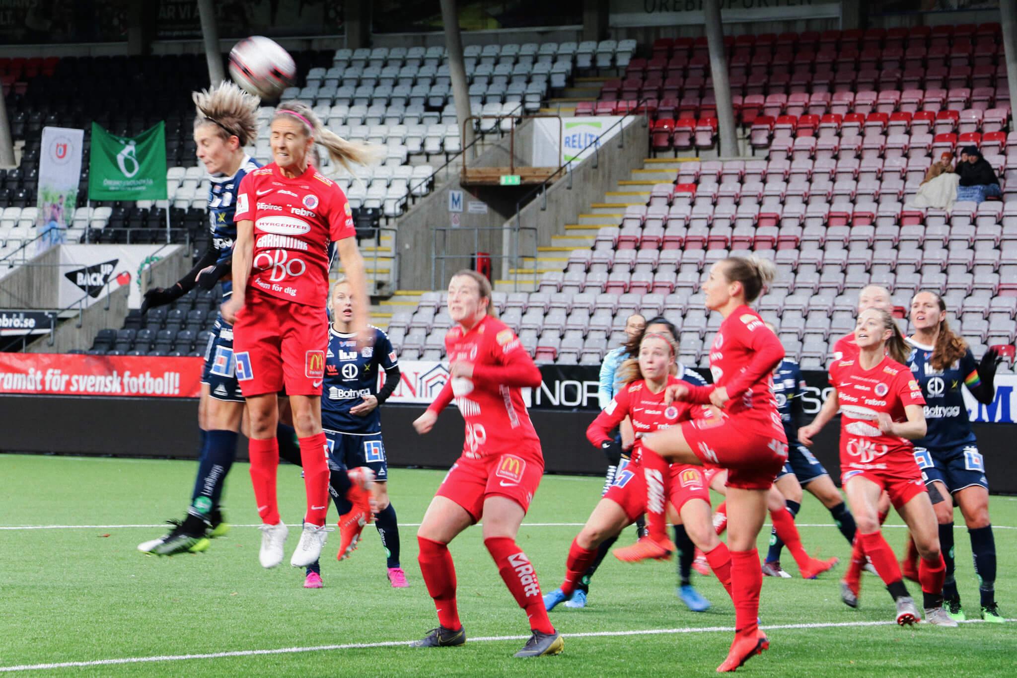 Kamp om bollen under KIF Örebros match mot Linköping den 26 oktober 2019.